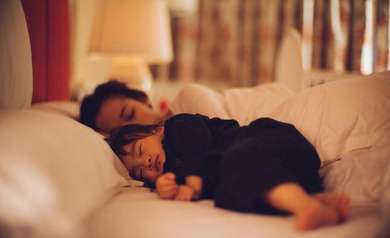 Especialistas dão dicas de como fazer seu filho dormir sozinho.
