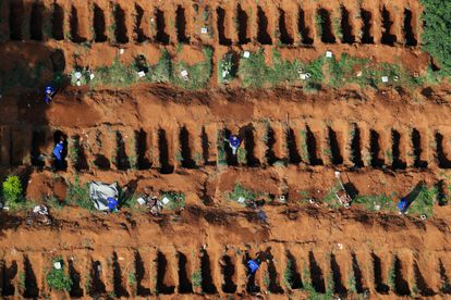 Covas abertas no cemitério de Vila Formosa, em São Paulo, para receber as vítimas da pandemia de covid-19