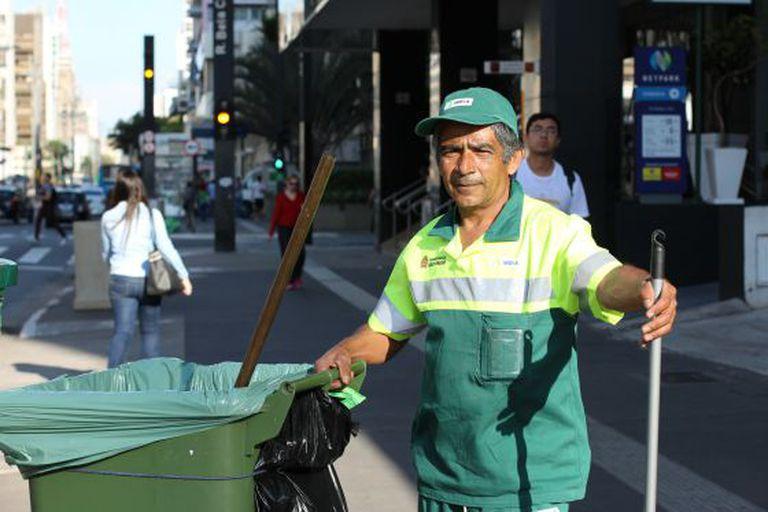 O gari Juarez, de 48 anos, nesta segunda na Avenida Paulista.