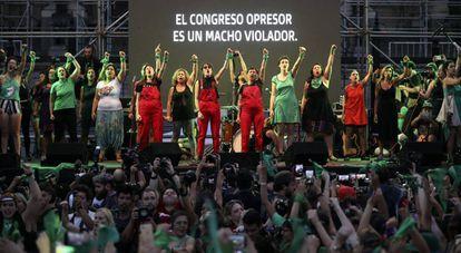O protesto feminista em frente ao Congresso argentino, em Buenos Aires.