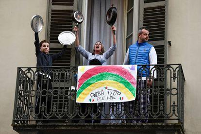 """""""Tudo ficará bem"""", diz um cartaz na varanda de um prédio de Torino ( Nicolò Campo/LightRocket via Getty Images)."""