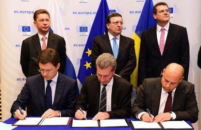 Representantes da Rússia, UE e Ucrânia assinam o pacto.