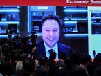 """EA6078. PEKÍN (CHINA), 25/03/2021.- Elon Musk, director general de Tesla Inc., habla durante el China Development Forum, el 20 de marzo de 2021 en el salón de eventos Diaoyutai en Pekín (China). El que ya se puedan comprar vehículos Tesla con bitcóins es uno de los clics tecnológicos de la semana en América. Elon Musk confirmó que ya es posible comprar un vehículo eléctrico Tesla con la criptomoneda bitcóin y que a final de este año esa posibilidad estará disponible a nivel mundial, algo que impulsó el valor de la divisa digital por encima de los 56.000 dólares. El anuncio coincidió con una alerta de Consumer Reports (CR), organización dedicada a las pruebas de productos, que advirtió que las cámaras que equipan los vehículos de Tesla despiertan """"preocupaciones sobre la privacidad"""", días después de que se supiese que China limitó el uso de los autos del fabricante en ciertas áreas del país. EFE/EPA/WU HONG"""