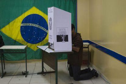 Brasileiro vota em colégio eleitoral de São Bernardo do Campo, São Paulo.