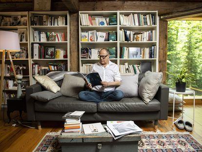 O escritor, professor e filósofo francês de origem tunisiana Pierre Lévy fotografado em sua casa em Ottawa, no Canadá, em cuja universidade leciona atualmente.