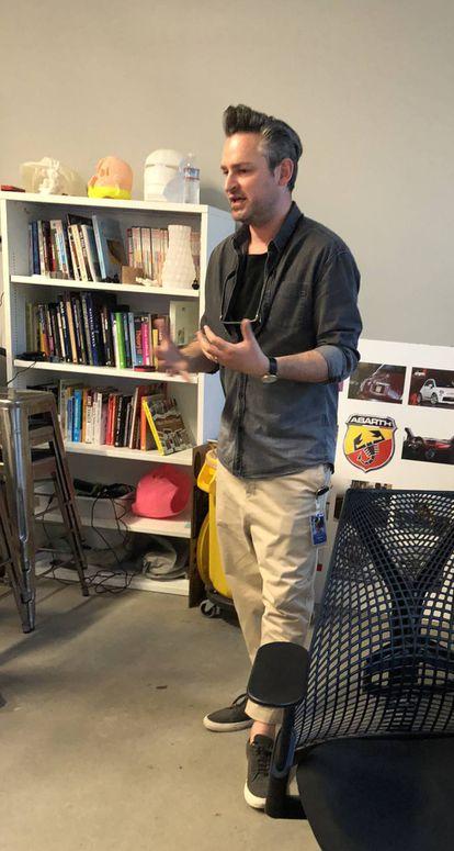Frederik G. Pferdt recebe o EL PAÍS em seu local de trabalho.
