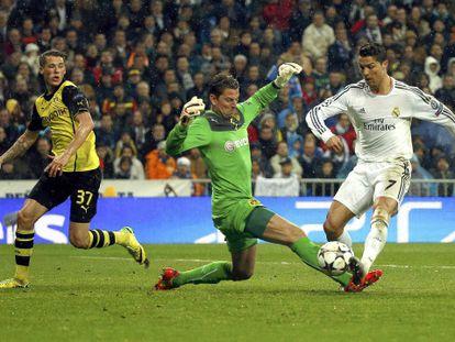 Cristiano supera a Weidenfeller no terceiro gol.
