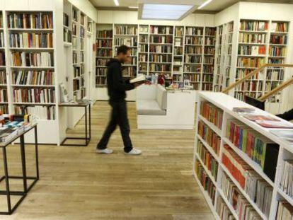 Homem caminha em livraria