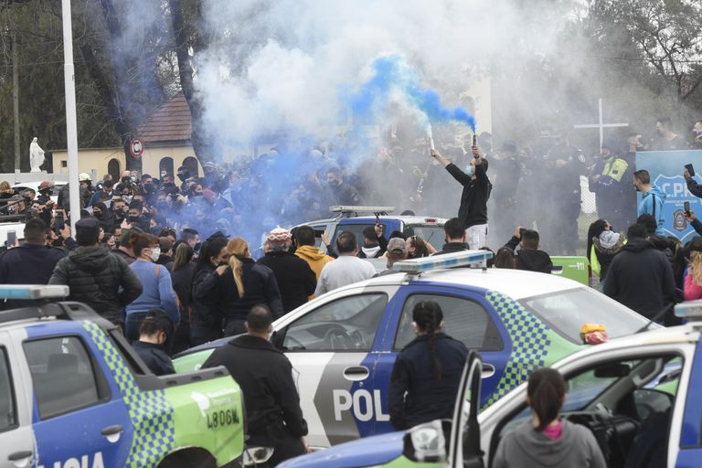 Policiais da província de Buenos Aires protestam em frente à sede da força em La Matanza.