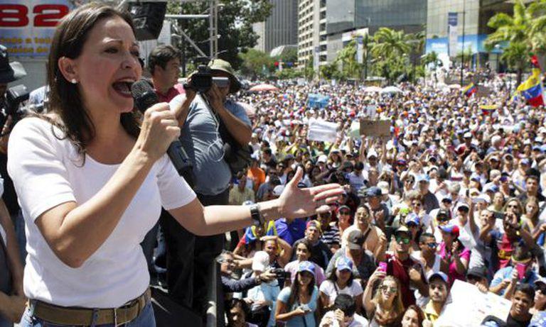 A deputada María Corina Machado fala aos manifestantes em um protesto contra Nicolás Maduro, no último dia 16 de fevereiro.