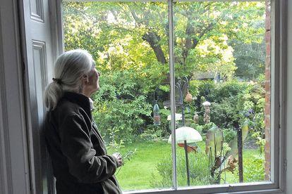 Goodall em sua casa em Bournemouth durante o confinamento.
