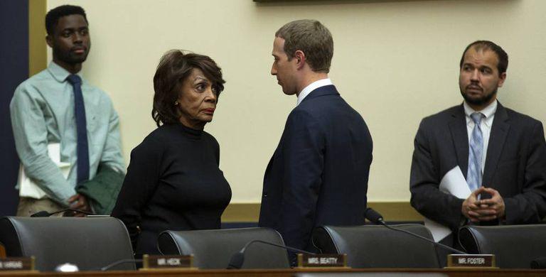 A deputada democrata Maxine Waters fala com Mark Zuckerberg após o depoimento dele em 23 de outubro.