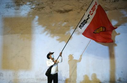 Apoiador de Castillo agita uma bandeira de seu partido na quinta-feira, em Lima.