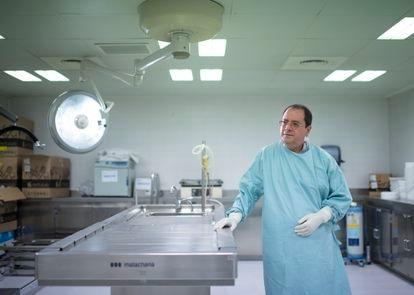 O patologista Alberto Rábano na mesa de autópsias da Fundação CIEN.