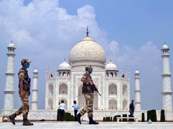 El Taj Mahal, en India, uno de los países donde el coronavirus ha tenido una mayor incidencia, reabrió sus puertas este lunes entre grandes medidas de seguridad. El monumento fue cerrado por las autoridades el pasado 17 de marzo.
