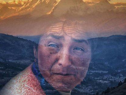 Paisagem do nevado Huascarán sobre um retrato de uma campesina local, em Huaraz, Peru.