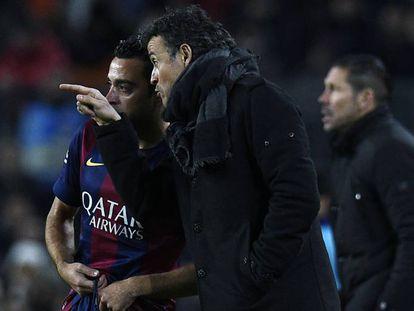 Xavi recebe instruções de Luis Enrique, em sua última temporada no Barça.