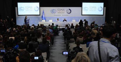 Ao fundo, o secretário-geral da ONU, António Guterres, e a responsável pela mudança climática da ONU, Patricia Espinosa, no domingo na COP25.