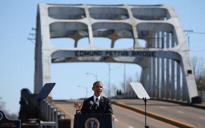 Obama em frente à ponte Edmund Pettus, em Selma, Alabama.