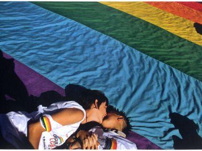 Duas mulheres se beijam durante a Parada Gay de Brasília.