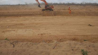 Tratores escavam área onde em obra no rio São Francisco.
