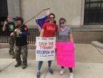 """Las hermanas Victoria y Ashlyn Landrum, junto a """"guerreros patriotas del sur"""", en una protesta en Richmond (Virginia)."""