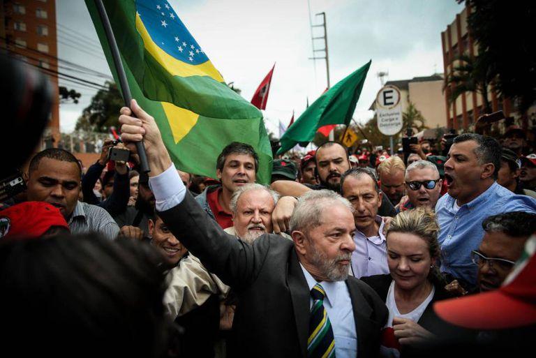 Lula chega para depor.