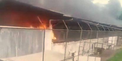 Os presos atearam fogo em colchões durante a rebelião.