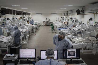 Pacientes de covid-19 no Hospital Municipal de Campanha Gilberto Novaes, em Manaus.