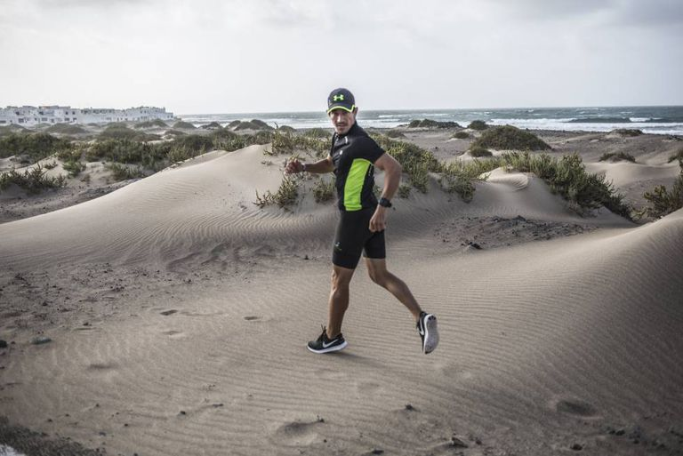 Diego Polino, atleta de retrorunning, treina a modalidade em Lanzarote, na Espanha.