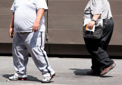 Duas pessoas obesas em rua da Cidade de México.