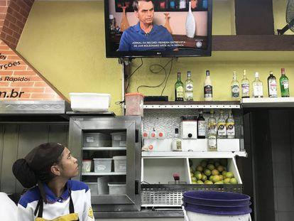Funcionária vê Bolsonaro em entrevista na TV Record.