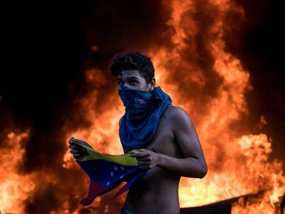 Manifestante nos protestos de 12 de junho em Caracas.
