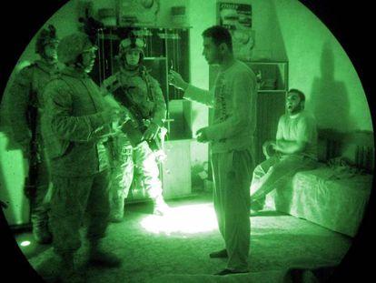 Marines norte-americanos interrogam um iraquiano em uma operação de busca de insurgentes.