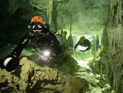 Exploradores no sistema Sac Actún, em Tulum.