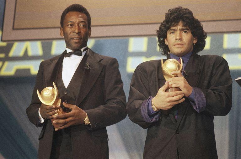 Pelé e Maradona, durante uma cerimônia de premiação em 1987, na Itália.