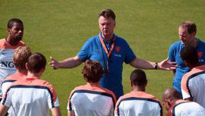 Van Gaal dá instruções aos jogadores.