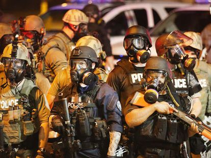A polícia no subúrbio de San Luis. / AFP   VÍDEO: REUTERS-LIVE!