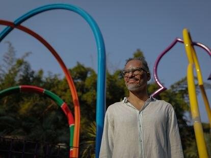 O artista Rommulo Vieira Conceição posa em frente a sua obra 'O espaço físico pode ser um lugar abstrato, complexo e em construção', em Inhotim.