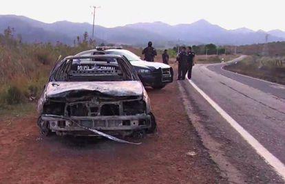 Reprodução de vídeo de carro policial queimado no México.