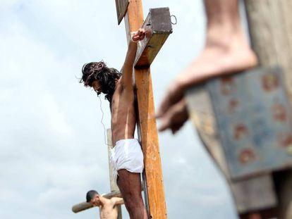 Representação da crucificação de Cristo no Líbano, durante a última Semana Santa.