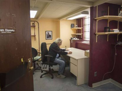 Noam Chomsky, em seu escritório da Universidade do Arizona, em Tucson.
