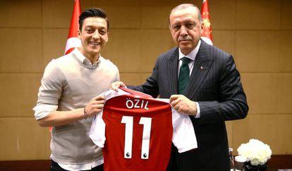 A foto de Özil e Erdogan, tirada no último dia 13 de abril, em Londres, que gerou a polêmica.