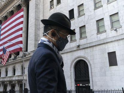 Um homem passa em frente à Bolsa de Valores de Nova York, em novembro de 2020.
