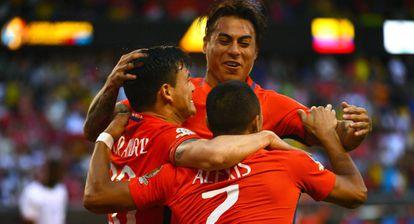 Jogadores chilenos comemoram gol.