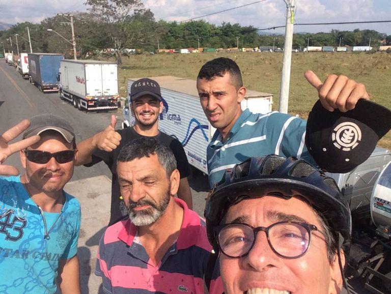 Paulo, à frente de óculos, junto aos caminhoneiros