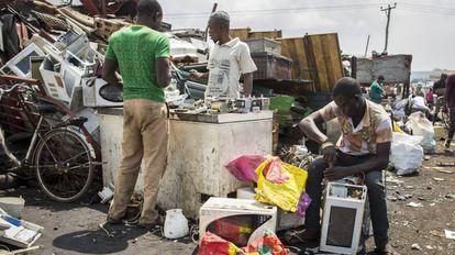 Lixão de Agbogbloshie em Accra (Gana), aonde vão parar os resíduos da Europa e dos Estados Unidos
