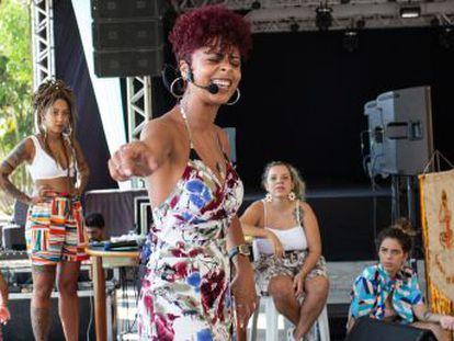 Criado primeiro em Brasília e depois em São Paulo, o Slam das Minas realiza batalhas entre poetas e dá protagonismo às vozes de artistas mulheres