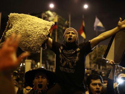 Manifestantes marcham em Lima pedindo uma nova Constituição, em 17 de novembro.