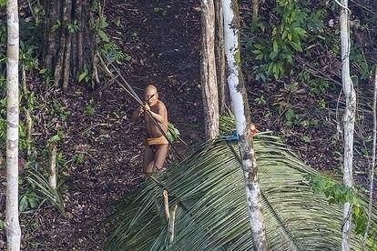 Um dos índios isolados fotografado no Acre em 2016 durante um sobrevoo. Integrantes do mesmo povo já visitaram um povoado naquela região da Amazônia brasileira, na fronteira com o Peru.